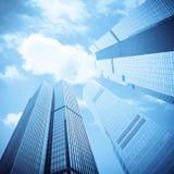 Blauwe wolkenkrabbers onder de hemel Royalty-vrije Stock Fotografie