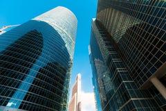 Blauwe wolkenkrabbervoorgevel office gebouwen modern glas silhouett Stock Afbeeldingen