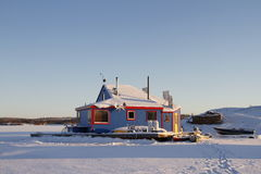 Blauwe woonboot op Yellowknife-Baai in Grote Slaaf Lake bij zonsondergang Stock Foto