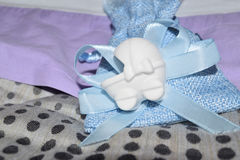 Blauwe zak met confettien Stock Foto's
