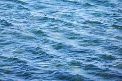 Blauwe zeewateroppervlakte met golven Royalty-vrije Stock Foto