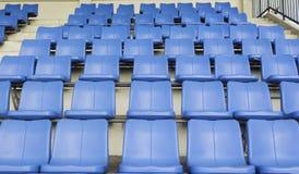 Blauwe zetel op sportstadion Stock Foto