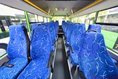 Blauwe zetels voor passagiers in zaal van lege stadsbus Royalty-vrije Stock Foto's