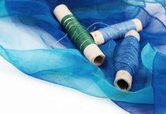 Blauwe zijde en aanpassingsdraden stock foto