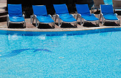 Blauwe zitkamers bij pool Royalty-vrije Stock Fotografie
