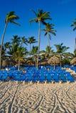 Blauwe zitkamers op een zandstrand Royalty-vrije Stock Foto