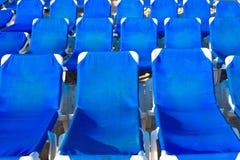 Blauwe zitkamers op een zandstrand Royalty-vrije Stock Fotografie