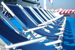 Blauwe zitkamerstoelen op dek Royalty-vrije Stock Fotografie