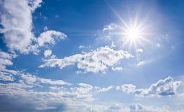Blauwe zonnige hemel Stock Foto's