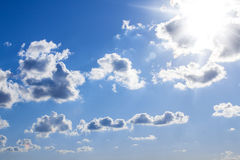 Blauwe zonnige hemel Stock Fotografie