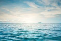 Blauwe zonnige overzees Royalty-vrije Stock Afbeeldingen