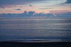 Blauwe zonsondergang op zee Royalty-vrije Stock Afbeeldingen