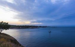 Blauwe zonsondergang in Rosas-baai, Costa Brava, Spanje royalty-vrije stock afbeeldingen