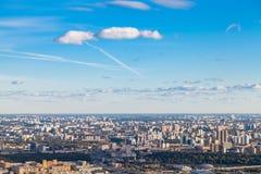 Blauwe zonsonderganghemel over van zuiden van de stad van Moskou stock afbeelding