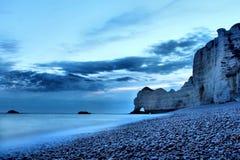 Blauwe Zonsopgang à ‰ tretat, Normandië, Frankrijk Royalty-vrije Stock Afbeelding