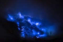 Blauwe zwavelvlammen, de vulkaan van Kawah Ijen Stock Afbeelding