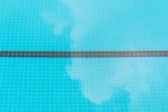 Blauwe zwembadbodem en witte wolkenbezinning Royalty-vrije Stock Fotografie