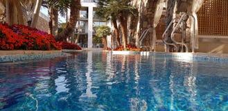 Blauwe zwembadmening van waterspiegel royalty-vrije stock fotografie