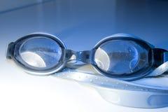 Blauwe zwemmende glazen Stock Foto