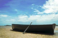 Blauwgroene die boten op het zand worden geparkeerd stock afbeelding