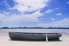 Blauwgroene die boten op het zand worden geparkeerd stock foto's