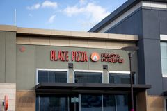 Blaze Pizza-restaurantteken stock foto's