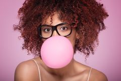 Blazende de kauwgomballon van het Afromeisje royalty-vrije stock fotografie