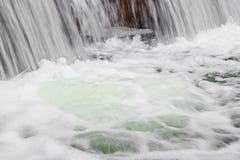 Blazende stroom van water met schuim royalty-vrije stock afbeelding