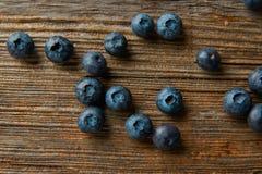Blåbär bär frukt på en träbrädetabell Royaltyfria Bilder
