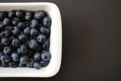 Blåbär i den vita maträtten Royaltyfri Fotografi