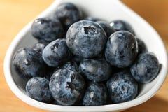 Blåbär på ett skedbegrepp för sunt äta och näring Royaltyfri Bild