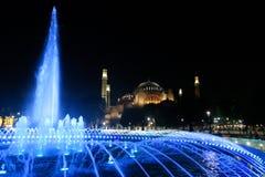 Ble fontanna przed 1 500 lat Hagia Sophia muzeum przy nocą, w Istanbuł, Turcja Fotografia Stock