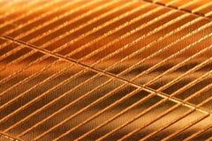 Blech mit einem goldenen Schatten und diagonalen Kerben Hintergrund und Muster lizenzfreie stockfotografie
