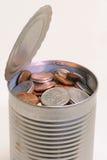 Blechdose gefüllt mit Münzen Lizenzfreie Stockfotos