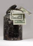 Blechdose mit den Rechnungen, die aus der Spitze heraus haften Stockbild
