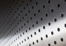 Blechtafel mit Löchern Stockbilder