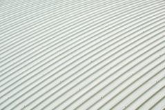 Blechtafeldach-Kurvengebäude Geordnetes Muster der Überdachung von metalsheet, große Gebäude lizenzfreie stockfotografie