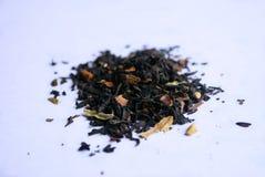 Bleck te med blommakronblad royaltyfria bilder