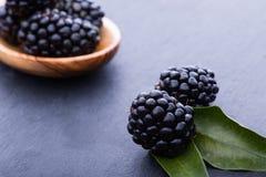 Bleckberry auf Steinbrett stockfotografie