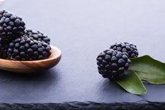 Bleckberry auf Steinbrett stockbild