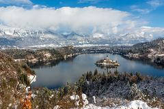 Bled湖和圣Marys教会假定,斯洛文尼亚,欧洲全景  免版税库存照片