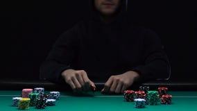 Blefar profissional do jogador de pôquer, fazendo a aposta arriscada com riso debochado na cara, lento-mo vídeos de arquivo