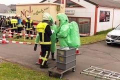 BLEIALF TYSKLAND, MAJ 7, 2017 - brandmannen visar hur man behandlar farligt material - offentlig demonstration royaltyfri bild