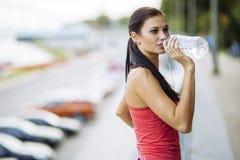 Bleiben hydratisiert, während das Handeln zur Schau trägt Stockfotografie