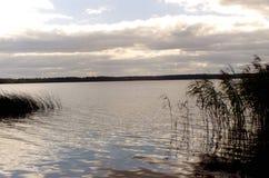 Bleiben Sie auf dem Fluss mit einem Zeltfluß Volga-Flussufer tver Stockbild