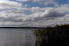 Bleiben Sie auf dem Fluss mit einem Zeltfluß Volga-Flussufer tver Lizenzfreies Stockbild