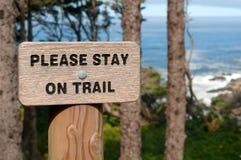 Bleiben Sie bitte auf Hinterzeichen an der Oregon-Küste USA Lizenzfreies Stockbild