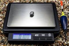 Bleigewicht für Schwimmer mit Taschenskala aus den steinigen Grund Stockfotografie