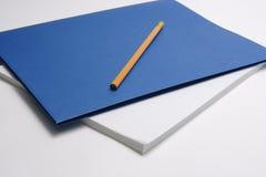 Bleistift auf blauer Reportabdeckung Lizenzfreie Stockfotografie