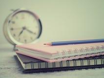 Bleistift auf Buch Lizenzfreies Stockbild